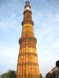 在垂直位置的Qutub Minar有蓝天背景 - 2017年7月222 免版税库存图片