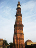 在垂直位置的Qutub Minar有蓝天背景 - 2017年7月222 库存图片