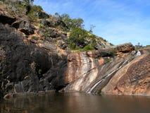 在垂直的岩石之间的湖。 免版税库存照片