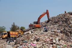 在垃圾堆的反向铲 免版税库存图片