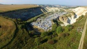 在垃圾堆附近飞行在weat农业领域附近 鸟瞰图 股票录像