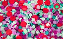 在垃圾填埋再造废物的五颜六色的塑料停止者 免版税库存图片