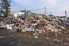 在垃圾填埋的市政垃圾堆 免版税库存图片