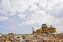 在垃圾填埋的重的设备 库存照片