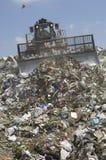 在垃圾填埋的移动的垃圾 免版税库存照片