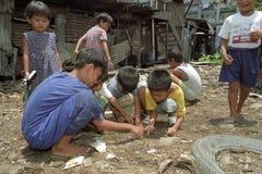 在垃圾填埋,马尼拉的菲律宾儿童游戏 免版税库存图片