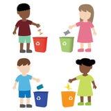 在垃圾桶的孩子投掷的垃圾 库存照片