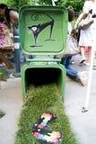 在垃圾桶的猫街道画-街道发运 免版税库存图片