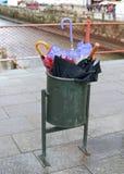 在垃圾箱堆积的老伞 库存图片