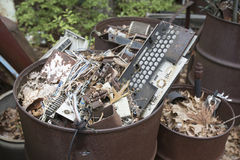 在垃圾箱的汽车电子 图库摄影