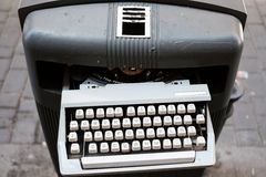 在垃圾箱的葡萄酒打字机 库存照片