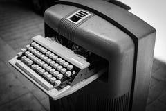 在垃圾箱的葡萄酒打字机 免版税库存照片