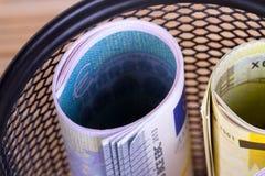 在垃圾篮子的财务资助现金欧洲钞票 免版税库存照片