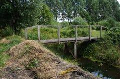 在垄沟的一点木桥 免版税库存图片