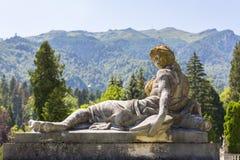 在垫座的古色古香的妇女雕象 免版税图库摄影