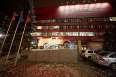在垫座的消防车在大厦前面 库存照片