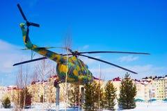在垫座的MI-8直升机在城市背景在冬天 免版税库存照片