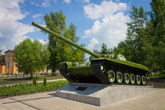 在垫座,对俄国武器的一座纪念碑的坦克 图库摄影