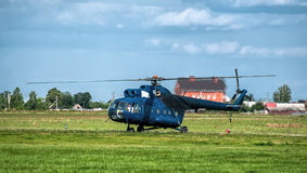 在垫的蓝色直升机导致起飞 免版税库存照片