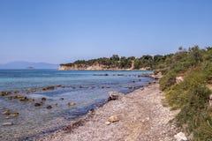 在埃伊纳岛海岛上的Kolona海滩在希腊 免版税库存照片