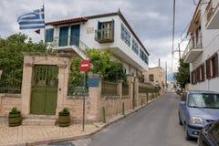 在埃伊纳岛海岛的典型的街道 免版税库存图片