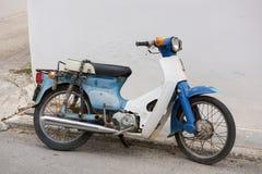 在埃伊纳岛海岛的老摩托车 免版税库存照片