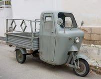 在埃伊纳岛海岛的老摩托车 库存照片