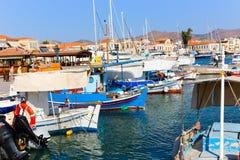 在埃伊纳岛海岛-希腊的游艇 库存照片