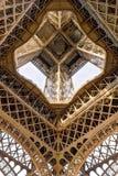在埃佛尔铁塔之下 库存照片