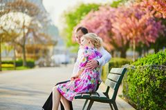 在埃佛尔铁塔前面的夫妇在一个春日在巴黎,法国 免版税图库摄影