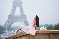 在埃佛尔铁塔前面的巴黎人妇女 库存图片