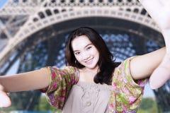 在埃佛尔铁塔的少年作为selfie图片 图库摄影
