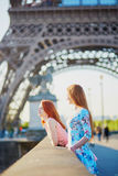 在埃佛尔铁塔附近的两个朋友在巴黎,法国 库存图片