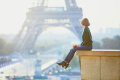 在埃佛尔铁塔附近的美丽的年轻法国妇女在巴黎 图库摄影