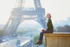 在埃佛尔铁塔附近的美丽的年轻法国妇女在巴黎 库存照片