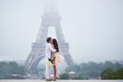 在埃佛尔铁塔附近的美好的浪漫夫妇在巴黎 免版税库存照片