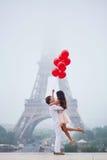在埃佛尔铁塔附近的美好的浪漫夫妇在巴黎 图库摄影