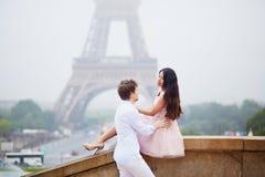 在埃佛尔铁塔附近的美好的浪漫夫妇在巴黎 库存图片