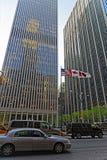 在埃克森大厦和定期生活大厦的街道视图 库存照片