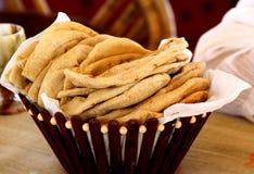 在埃及新近地baken皮塔饼面包服务在尼罗巡航 库存照片