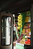 在埃及的街道上的果子商店 看法通过开门 免版税库存图片