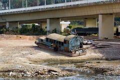 在埃及金属化尼罗河的驳船,搁浅在河岸在桥梁a下 免版税库存图片