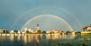 在埃尔布隆格镇上的双重彩虹在波兰 免版税库存照片