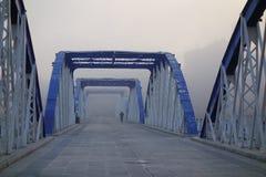 在埃布罗河的有雾的桥梁 免版税库存图片