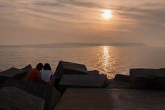 在埃斯特角海滩乌拉圭的夫妇 免版税库存图片
