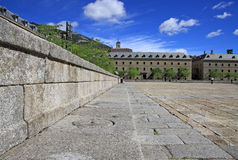 在埃斯科里亚尔修道院前面的正方形有历史大厦的 圣洛伦索德埃莱斯科里亚尔,西班牙 免版税库存图片