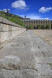 在埃斯科里亚尔修道院前面的正方形有历史大厦的 圣洛伦索德埃莱斯科里亚尔,西班牙 库存照片