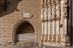 在埃武拉大教堂门户的左边安置的传道者雕象在葡萄牙 库存照片