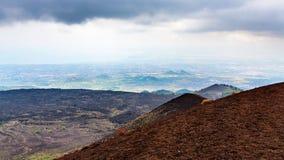在埃特纳火山和爱奥尼亚海海岸的熔岩荒野 库存图片