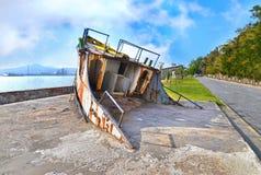 在埃莱夫西纳希腊的击毁小船 免版税库存照片